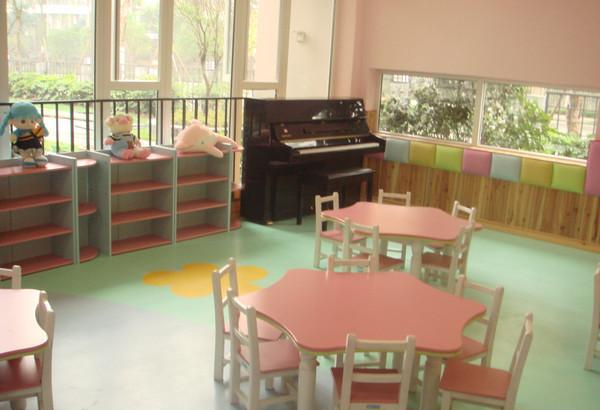 选择幼儿园家具:塑料or木制?