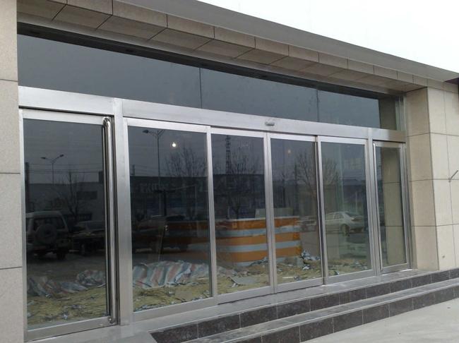 玻璃门现在越来越广泛的应用于各种活动场所,那么玻璃门在使用和维修方面有哪些注意事项?