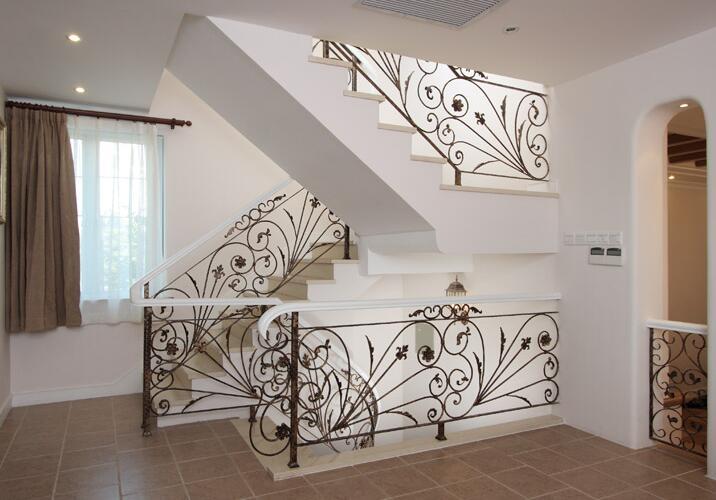 龙潮铁艺楼梯安装