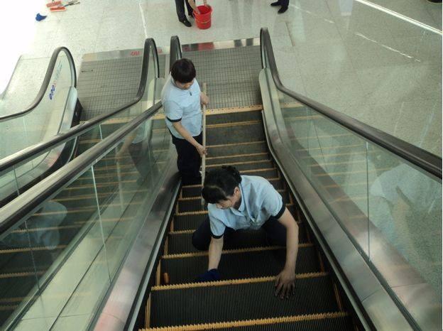 自动扶梯保洁的方法