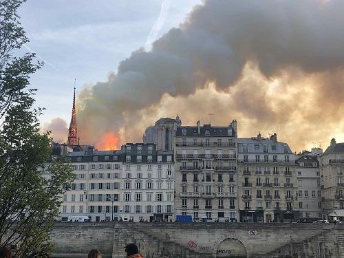 巴黎圣母院大火已被控制 建筑主体得以保留