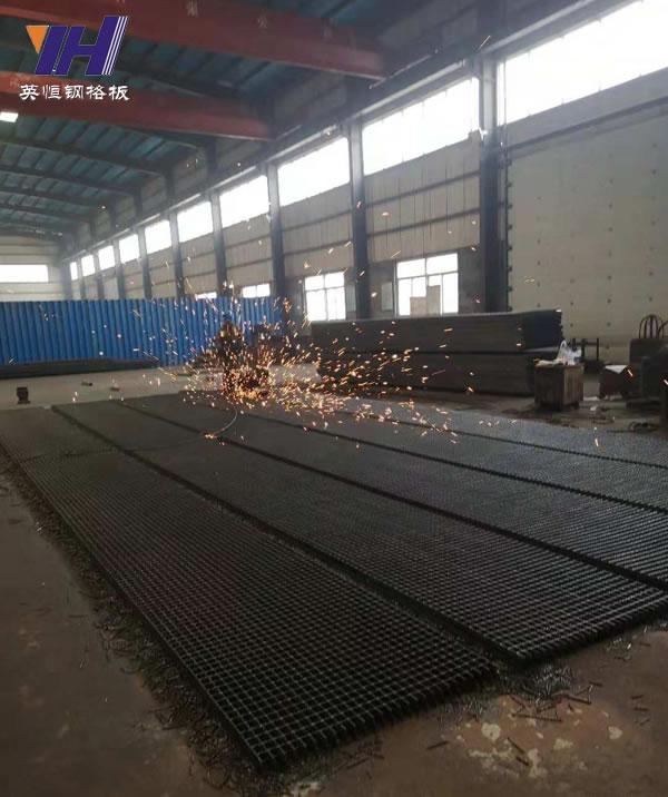 英恒公司员工加工钢格板