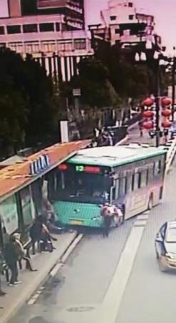 江苏盐城一公交车冲进站台撞伤2人,现场群众合力救人