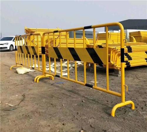 宏泽五金丝网制品的基坑道路护栏安装实施中!