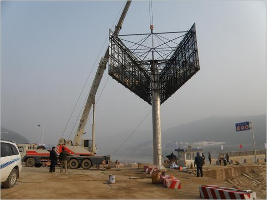 四川單立柱廣告牌現場施工展示