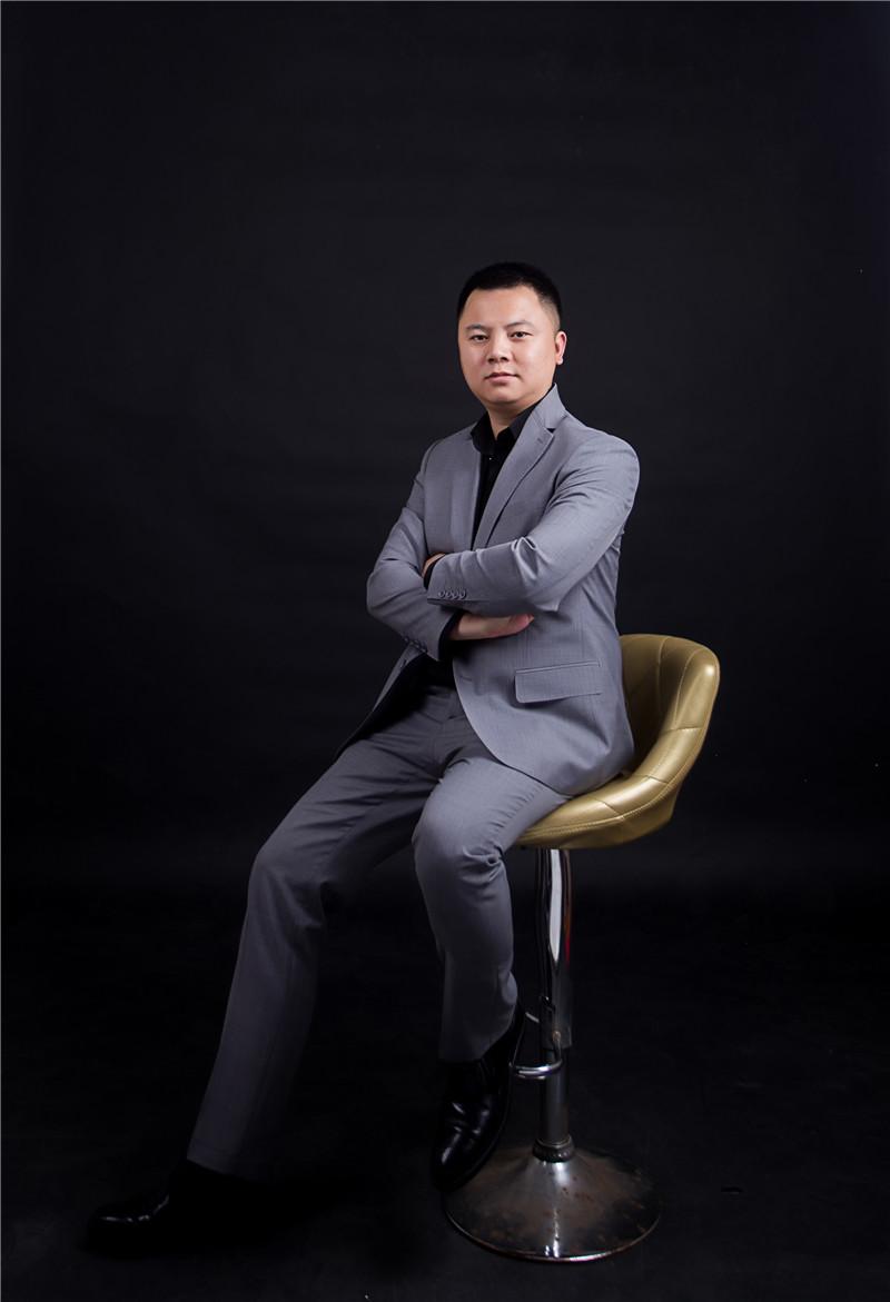 胡  骞  (设计总监)