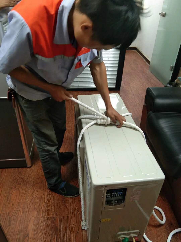 维修工人空调安装