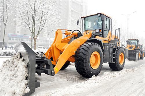 装载机改装除雪铲正在工作