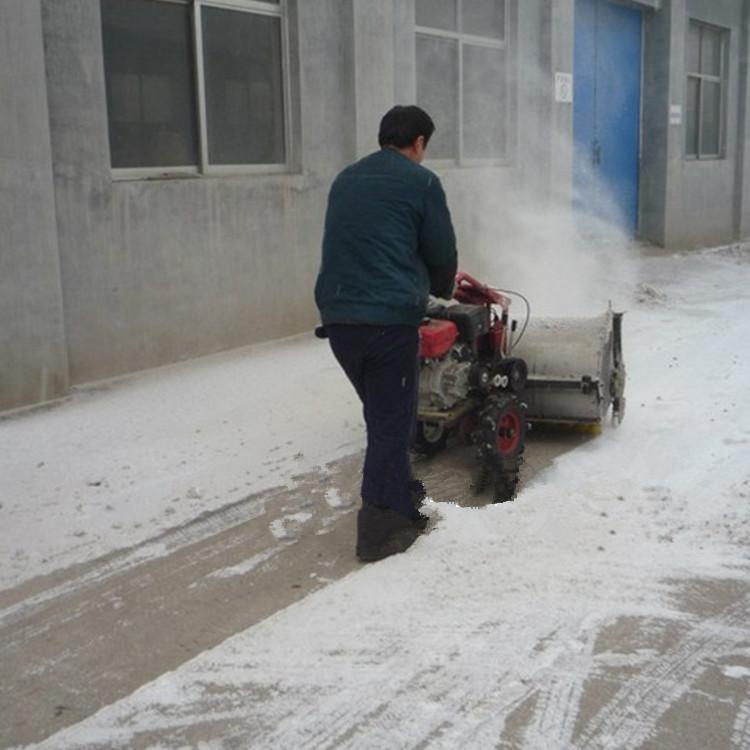 手推式扫雪机工作照
