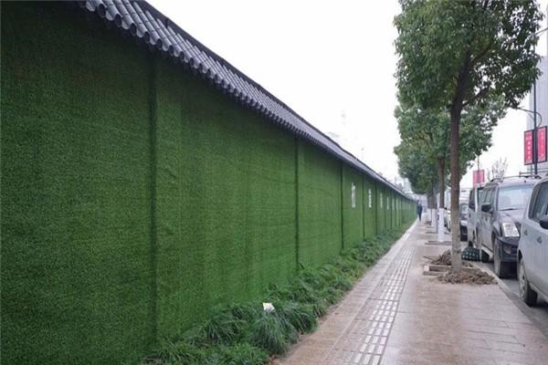 工地围挡使用仿真绿植人造草坪的好处!