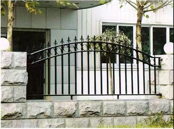 丰森铁艺工程铁艺围栏为客户进行安装!