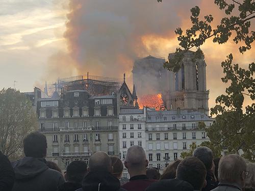 巴黎圣母院遭遇大火