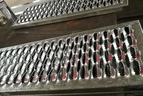 西安镀锌防滑板厂家