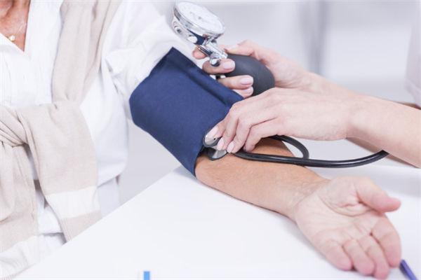青年体检量血压