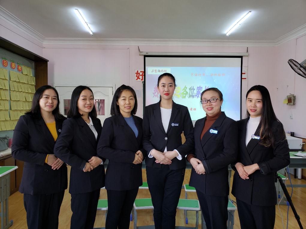 襄阳艺海扬帆美术培训学校老师集体照