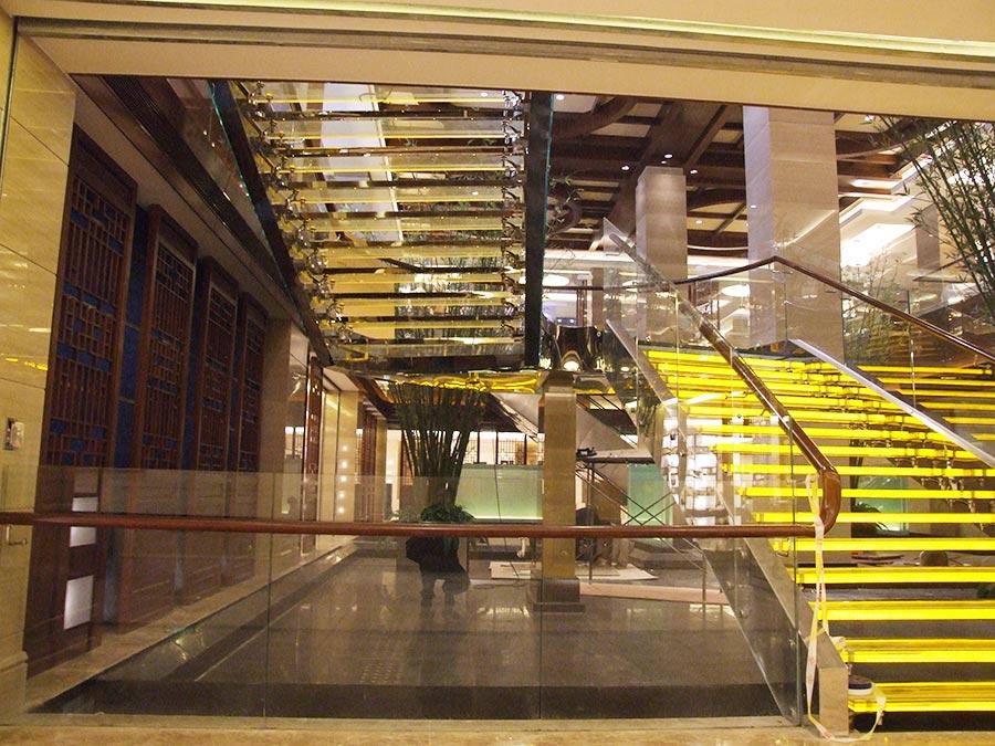楼梯照明设计新玩法,成都发光楼梯厂家带你了解一下