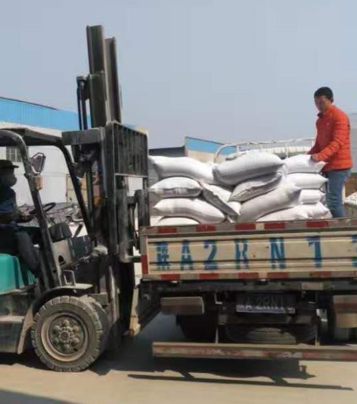 西安石英砂开采厂给合作伙伴装货现场