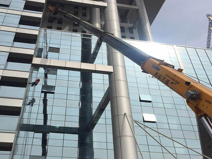 吊车出租公司-吊装玻璃幕墙