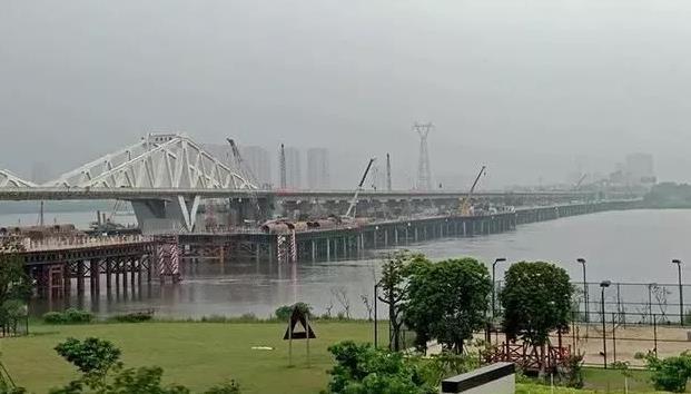 备受关注的福州新洪塘大桥主桥shou节桥梁吊装成功