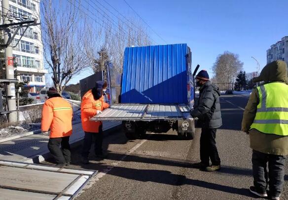 嫩江农场有限公司拉起2500米彩钢板疫情防护墙