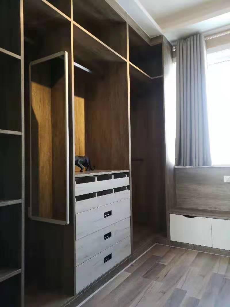 根据房间专门为客户定制的衣柜