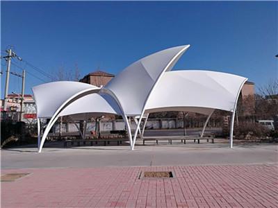 膜结构景观棚可创造巨大的无遮挡的可视空间,提供丰富多彩的用途