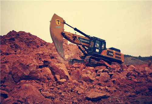 成都第三绕城某工地采用畅安穿山甲改装的岩石臂进行破岩工作