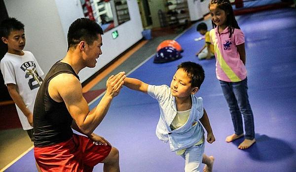 想要学习搏击的小朋友年纪不能太小,适龄小朋友学习搏击是有一定的好处的