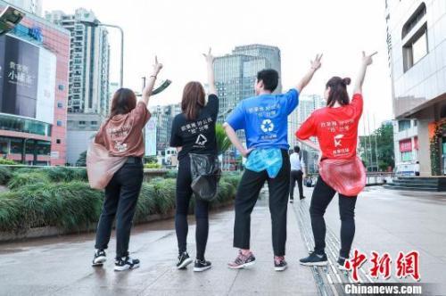 """青年志愿者们在上海参加""""环保跑拾活动"""