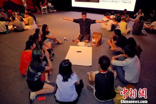 为期两日的直面鸿沟戏剧大会暨抓马教育十周年论坛8月18日在北京落幕。200多名教育和戏剧领域的学者、教师,以及关注早期儿童发展领域的父母与会,共同探讨教育戏剧实践。 抓马教育供图 摄