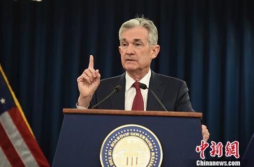 当地时间12月19日,美国联邦储备委员会宣布将联邦基金利率目标区间上调25个基点到2.25%至2.5%的水平,这是美联储今年以来第四次加息。图为美联储主席鲍威尔当天出席发布会,并回答记者提问。<a target='_blank' href='http://www.chinanews.com/'>中新社</a>记者 陈孟统 摄