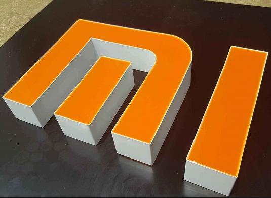 不锈钢字壳VS铝边字壳,做超级字选择哪种比较好?