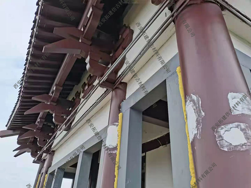 正在施工的金属斗拱