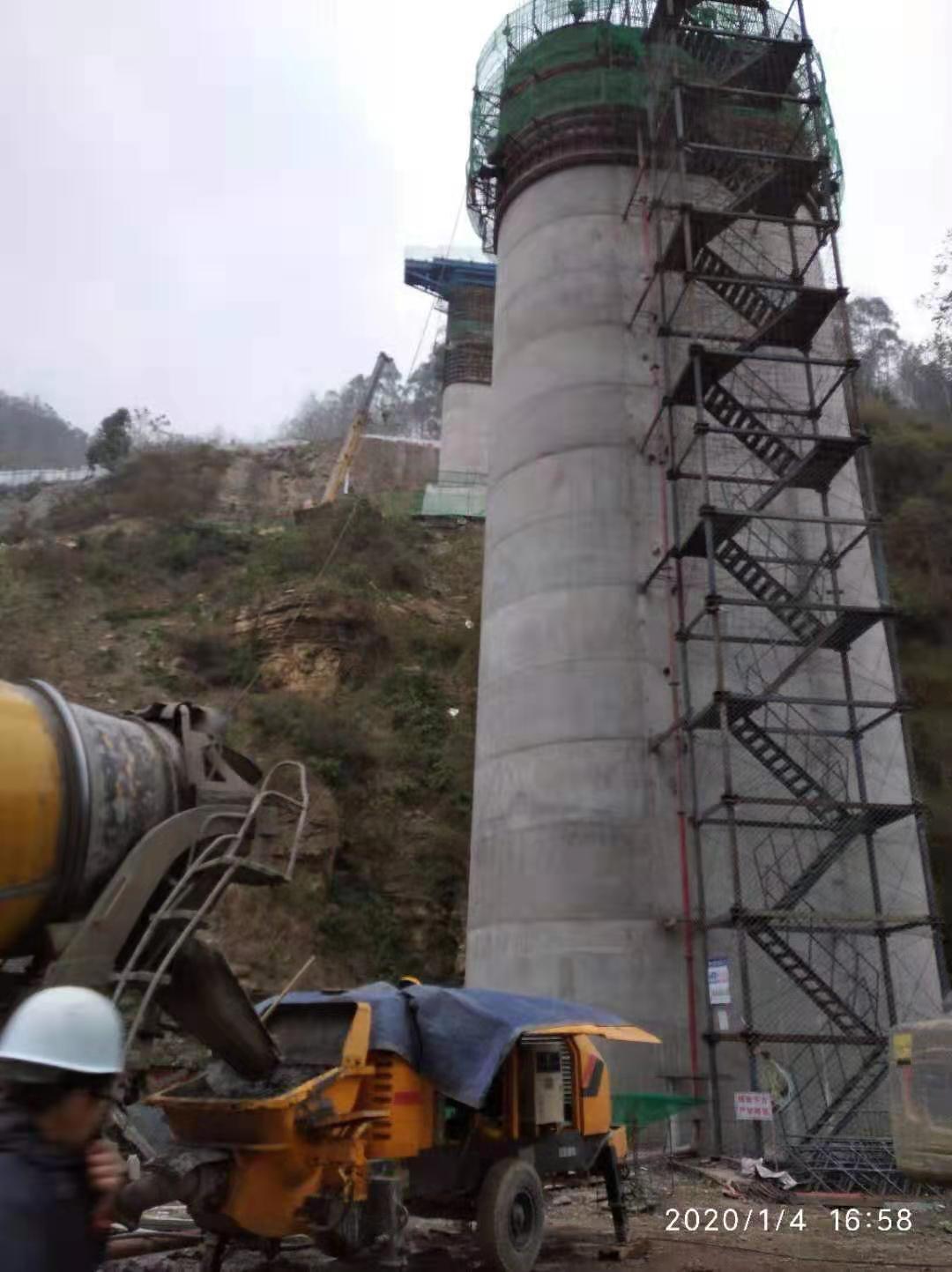 8016拖泵在峨边中铁十二局成昆铁路桥墩施工现场