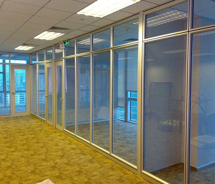 陕西办公高隔玻璃厂家浅谈造成玻璃隔断裂痕的原因以及解决措施