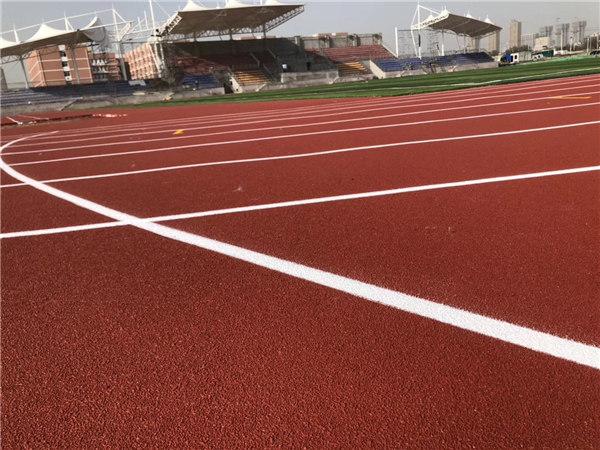 西高学院混合自结纹塑胶跑道施工完成