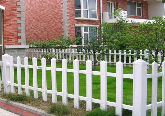 被广泛使用在各种场地的草坪护栏,在安装的时候需要注意这几点!
