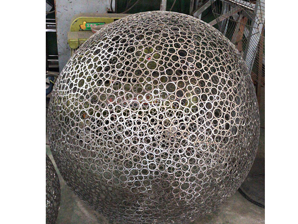 不鏽鋼鏤空球雕塑案例