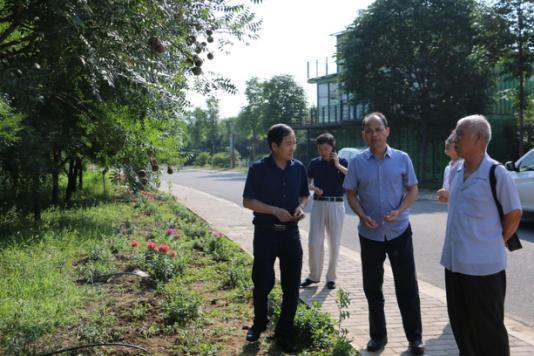 谢君朝站长(中)、王拉岐董事长(左)、雷开寿教授(右)一起调研