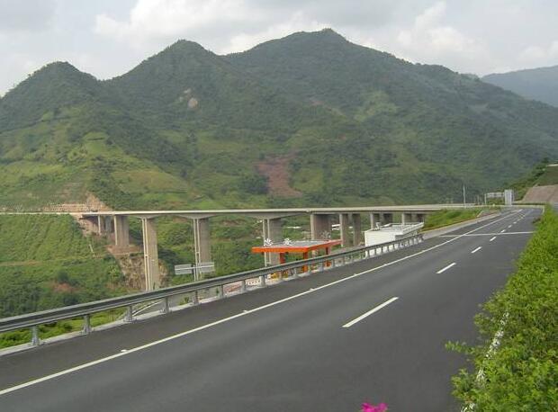 云南元江至墨黑高速公路