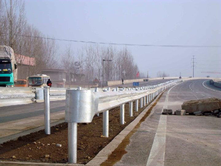 云南楚大高速楚雄段市政道路护栏案例