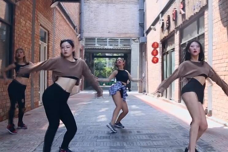 华翎爵士舞外演视频