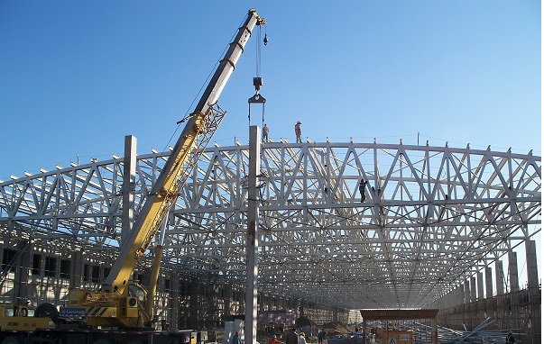 中铁北京动力段维修车间预制混凝土柱及钢桁架安装