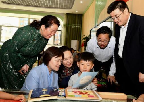 """布小林""""六一""""前夕看望少年儿童 祝全区各族少年儿童节日快乐"""