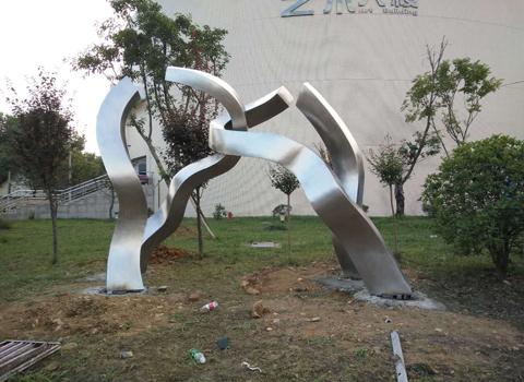 运用于学校里的成都不锈钢雕塑为什么那么受欢迎