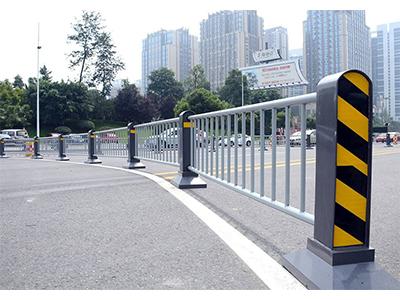 为什么要在城市中设置成都交通护栏