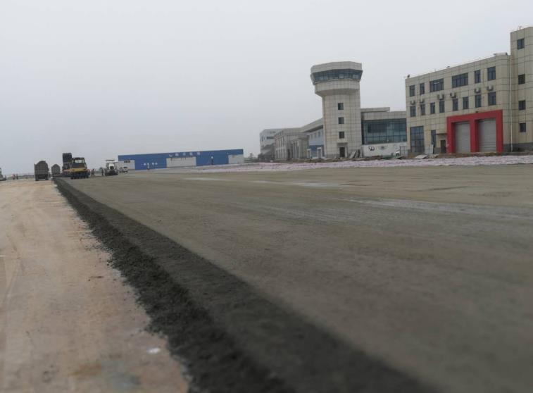 民用机场水稳碎石摊铺