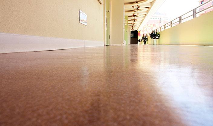 山东幼儿园塑胶地板铺设