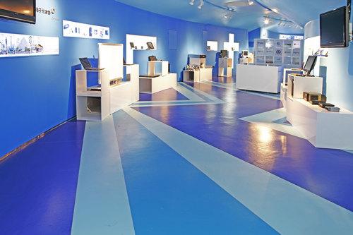 塑胶地板在进行施工之后地面上的胶水要怎么清理呢