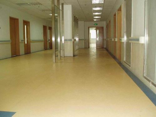 在装修的时候究竟是先装塑胶地板还是先装门呢
